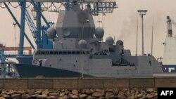 Норвежский фрегат Helge Ingstad, составляющий часть эскорта датского корабля с сирийским химическим оружием, в Лимасоле. Кипр, 3 января 2014 года.