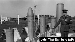 Офицер советской армии демонстрирует зарубежной делегации образцы химического оружия, подлежащего уничтожению - Шиханы, 1987 год