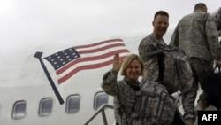 Американские военнослужащие поднимаются по трапу в самолет, который возвращается в США. Ирак, 1 ноября 2011 года.