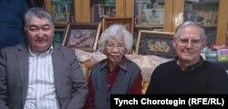 Немис профессору Карл Райхл (оңдо), Ху Чжэнхуанын жубайы Фатима жана Т. Чоротегин. 22.10.2015.