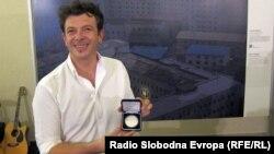Damir Šagolj sa nagradom Grada Praga ispred nagrađene fotografije, 13. septembar 2012.