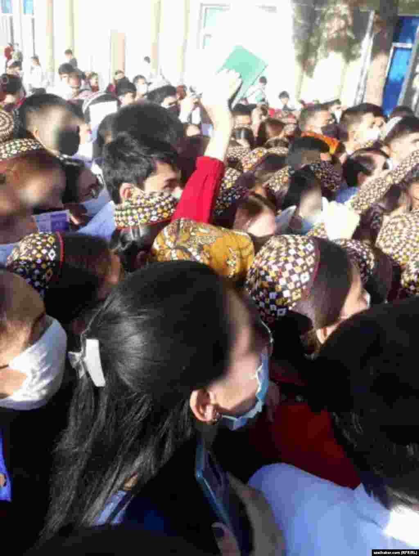 Очередь абитуриентов Туркменского государственного педагогического университета имени Сейитназара Сейди, Туркменабад, 2020.