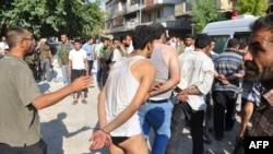 Эркин Сирия армиясы Алеппо шаарындагы Шаар райондук полициясынын мүчөлөрүн туткундап баратышат. 25-июль 2012