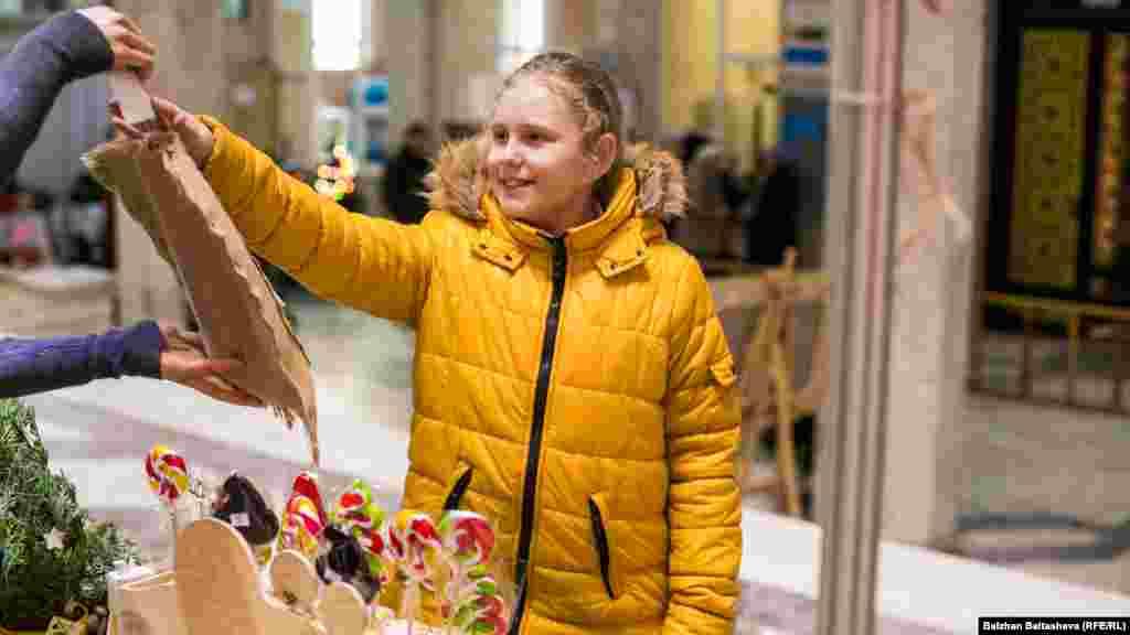 В предпраздничные дни у жителей и гостей Алматы есть возможность посетить ярмарку и приобрести подарки для своих родных и близких.