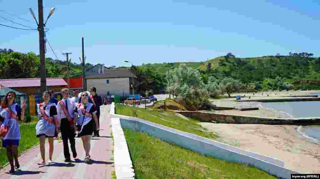 Школьники прогуливаются по главной набережной