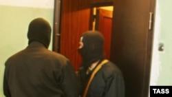 Безымянные милиционеры держали оппозиционеров в их офисе половину рабочего дня