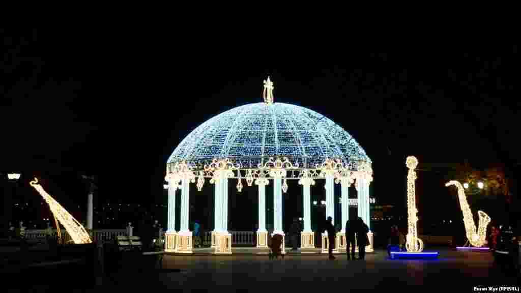 На Приморському також розміщена інсталяція у вигляді альтанки і музичних інструментів – саксофона, скрипки та арфи