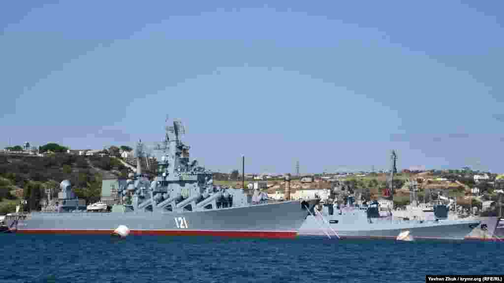 У причалов номер 12, 13 и 14 стоят корабли, входящие в состав 30-й дивизии надводных кораблей. На переднем плане под номером 121 ракетный крейсер «Москва» Черноморского флота России
