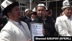 To'qto'mamat Israilov (o'ngda) muftiy o'rinbosari Ravshan Eratovdan da'vatchi sertifikatini qabul qilib olmoqda.