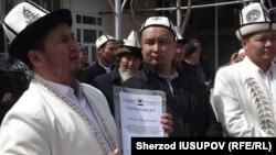 Муфтий ўринбосари Равшан Эратов даъватчи сертификатини тақдим этмоқда.