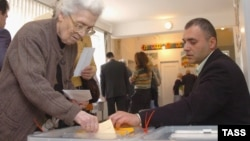 A woman casts her ballot at a Yerevan polling station in the parliamentary election of May 2007.