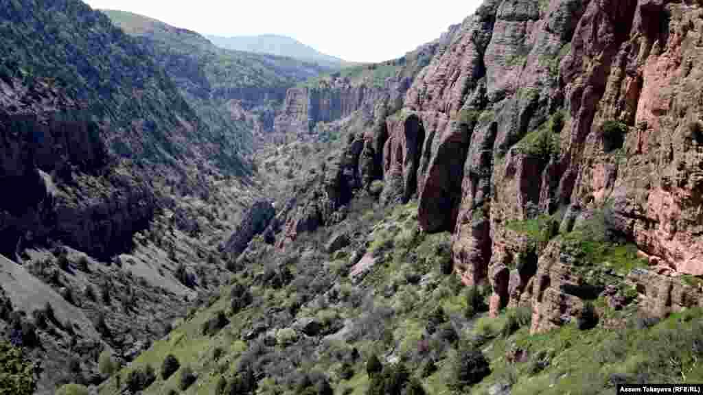 Каньон Аксу глубиной около 1800 метров в Аксу-Жабаглинском заповеднике на юге Казахстана. Каньон Аксу — это и палеонтологический заповедник с наскальными рисунками.