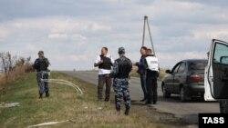 Gjatë hetimeve në lokacionin e rrëzimit të avionit në Ukrainën lindore