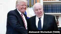 АҚШ президенті Дональд Трамп Ресей елшісі Сергей Кислякпен жымия қол алысып тұр. Вашингтон, 10 мамыр 2017 жыл.