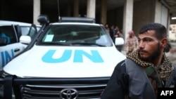 Cириец на фоне автомобиля ООН с гуманитарной помощью.