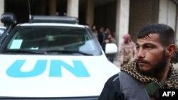 Cириец на фоне автомобиля ООН с гуманитарной помощью