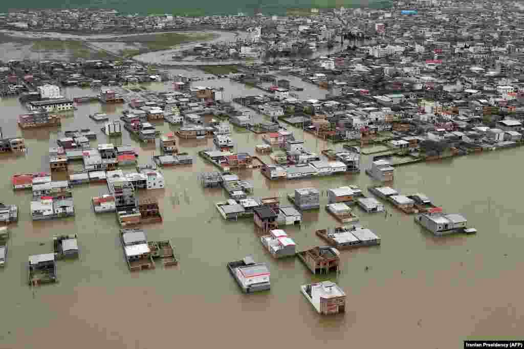 تصاویر فرار مردم گمیشان از سیل در قایقهایی همراه داوطلبان و امدادگران در رسانهها و شبکههای اجتماعی منتشر شد.