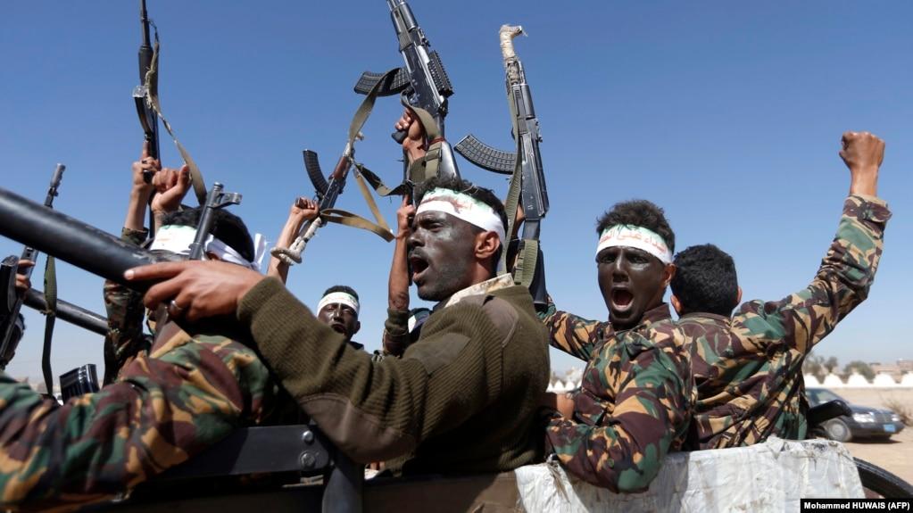 شبهنظامیان حوثی یمن در این تصویر از ژانویه سال ۲۰۱۷ در صنعا؛ برایان هوک از حضور عبدالرضا شهلایی در یمن «عمیقا ابراز نگرانی» کرده است.