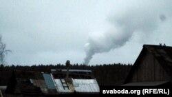 Вясковы пэйзаж зь Вейна з дымам на фоне