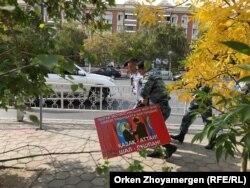Плакат көтерген адамды ұстап бара жатқан полицейлер. Нұр-Сұлтан, 21 қыркүйек 2019 жыл.