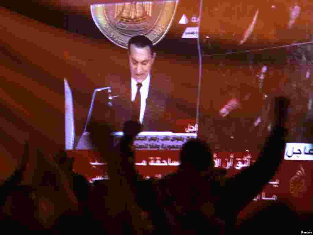 Каһирәдә хакимияткә каршы чыгучылар президент Хөсни Мөбәрәкнең халыкка мөрәҗәгатен ачу белән тыңлый. 10 февраль 2011.