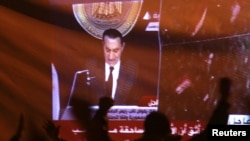 محتجون في ميدان التحرير أمام شاشة تنقل خطاب مبارك