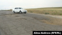 Кеңқияқ ауылына баратын, әбден тозған жол. Ақтөбе облысы, 11 шілде 2011 жыл. (Көрнекі сурет)