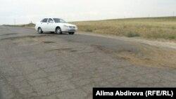 Разбитая дорога близ поселка Кенкияк Актюбинской области. 11 июля 2011 года.