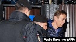 Полицейские задерживают Алексея Навального сразу на выходе из спецприемника. Москва, 24 сентября 2018 года
