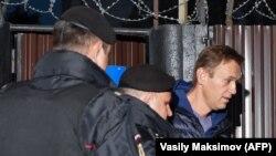 Nawalny duşenbe güni ir bilen tussaghanadan çykan mahaly Moskwanyň polisiýa edarasyna äkidildi.
