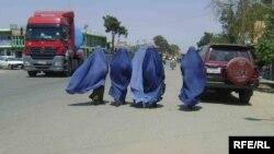 Афганские женщины в хиджабах идут вдоль автотрассы. Шеберган, август 2013 года.