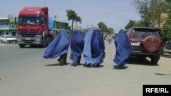 Шеберган қаласының көшесінде жүрген ауған әйелдері. Тамыз 2013 жыл.