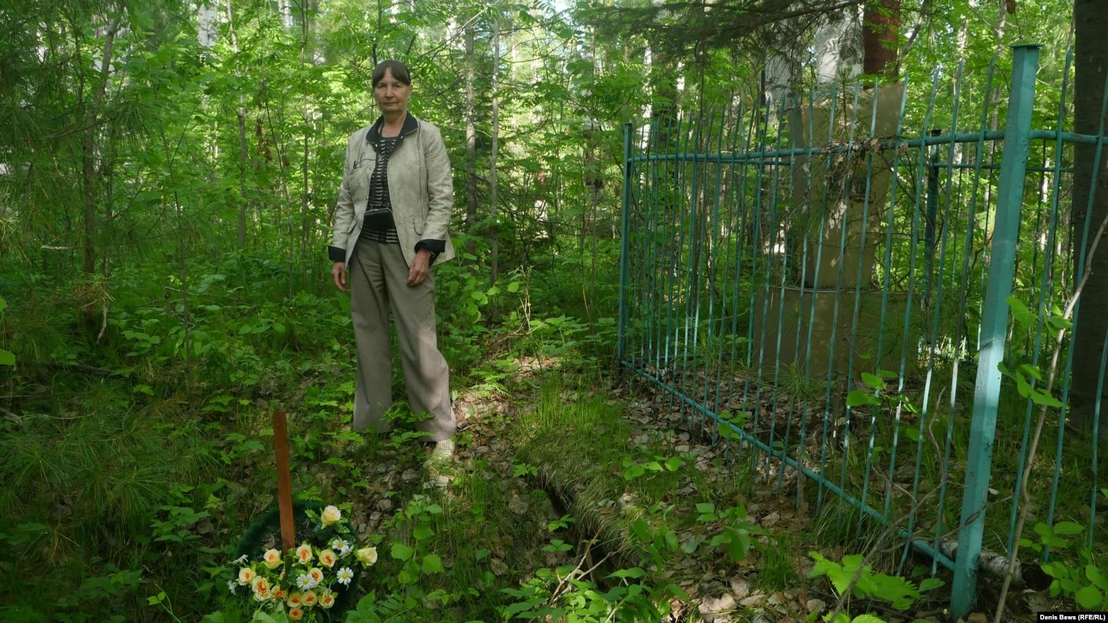Валентина Умрихина у братской могилы
