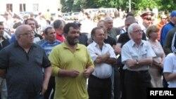 Несмотря на то что еще недавно Вадим Харебов дал два концерта в Цхинвале, многие жители этого города приехали и на владикавказский концерт. Его называют деятелем культуры, который своим творчеством способствует объединительным внутриосетинским процессам