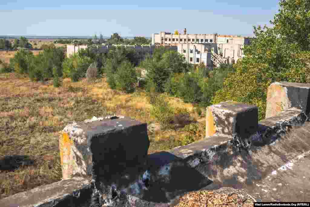 Вид с крыши общежития на заброшенный военный городок
