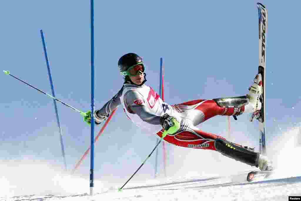Анджей Ґриґель, польський фотограф PAP, займає друге місце у спортивній фотографії зі знімком лижника на слаломі