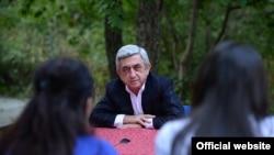 Армения - Президент Армении Серж Саргсян отвечает на вопросы членов отряда молодых журналитов «Базе-2014», Цахкадзор, 23 августа 2014 г.