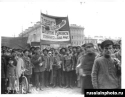 "Russians hold a sign saying, ""Polish men be afraid -- [St. Petersburg's] communists are heading to the Polish front."""