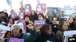 تجمع در آنکارا در اعتراض به قتل اوزگهجان اصلان دختر ۲۰ ساله ترکیهای