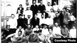 Члены правительства «Алашорда» в Семее. В третьем ряду первый слева – Ахмет Байтурсынов. В том же ряду в белом головном уборе – Алихан Букейханов, председатель правительства. 1918 год.