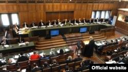 Британскиот професор Филип Сeндс зборува на јавната расправа пред Меѓународниот суд на правдата во Хаг