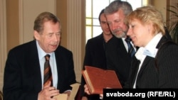 Vaclav Havel (left) with a longtime Belarusian opposition leader, Ales Milinkevich (center), during a meeting in Prague.