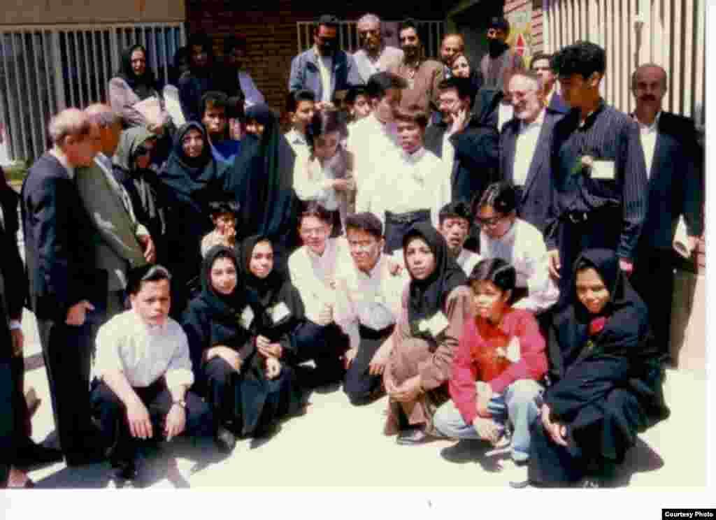 افتتاحیه اولین درمانگاه بزرگسالان تالاسمی در کشور، اردیبهشت ۱۳۷۴. وحید عضو هیات موسس این درمانگاه است. در تصویر فاطمه هاشمی هم حضور دارد، دختر رئیس جمهور سابق ایران که آن زمانرئیس افتخاری انجمن تالاسمی ایران بود.