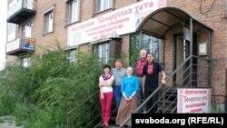 Беларуская грамада на прыступках «хаты»