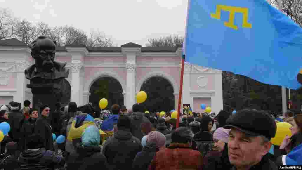 Шевченко һәйкәле янында кырымтатар байрагы