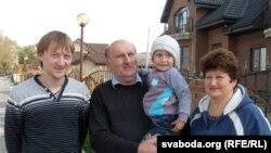 Міхаіл і Кацярына Шрубы (Шруба) з унукам і сынам