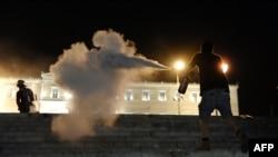 Архивска фотографија: Судири меѓу демонстрантите и полицијата во Атина.