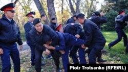 Полиция проводит задержания на площади Астана в Алматы. 26 октября 2019 года.