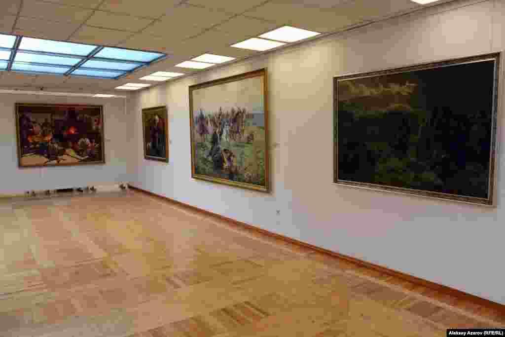 Картины, размещенные в этой части, либо переносят зрителей в отдаленные эпохи, либо посвящены традиционным ценностям казахского народа.