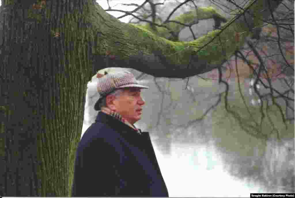 Чыңгыз Айтматов магнолия гүлдөгөн кезде. Дипломат-жазуучу гүлбакта күн алыс болсо да, гүлдөрдү эми көргөндөй суктанган. Брюсселдин парктарынын бири. 2003-жыл.